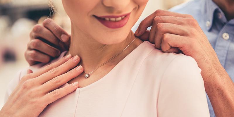 婚約ネックレスをプレゼント